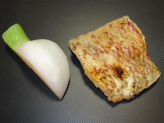 ゆでたかぶらと焼いた鯛の身,鯛蕪の蒸し物の下ごしらえ