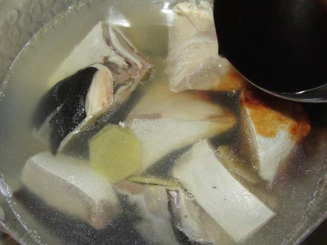 ぶり大根煮のぶりを煮る方法,醤油を入れる工程