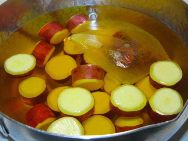 くちなしの実を使ったさつま芋の色付け,丸十の蜜煮