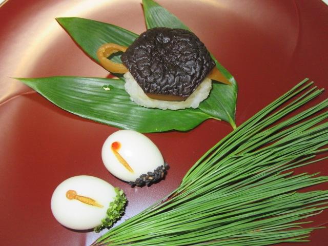 干し椎茸の亀型寿司と鶴玉子の盛りつけ