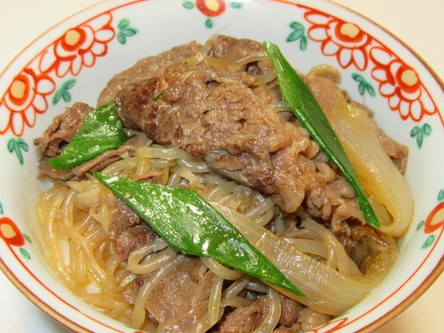 牛肉のすき焼き風煮を使ったご飯物の献立