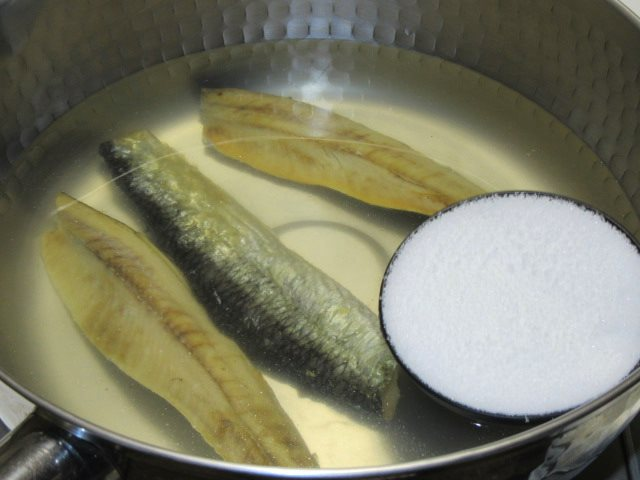 にしんなすの煮物の作り方,砂糖を加えて鰊を煮る工程