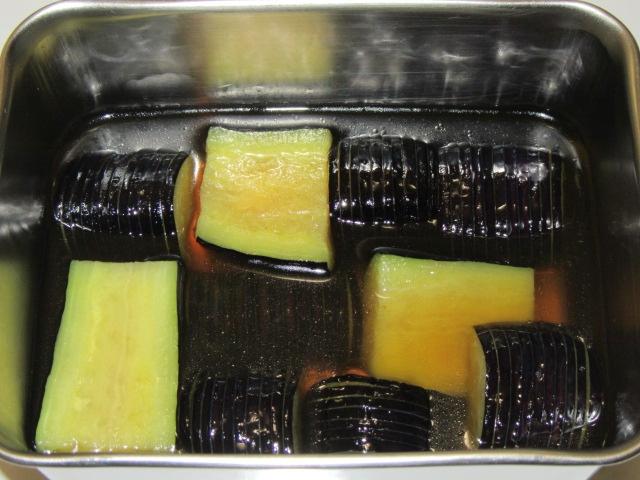 茄子を色よく煮るにしんなす煮物の作り方,揚げ茄子の味付け工程