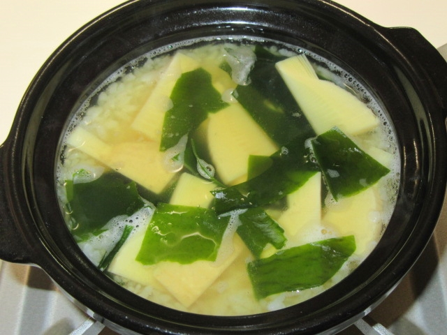 若竹雑炊の作り方,煮立てただしに白ご飯と筍とわかめを入れる工程