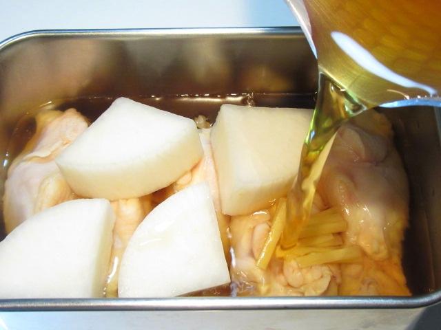 骨つき鶏の蒸し煮の作り方,煮汁を入れる工程
