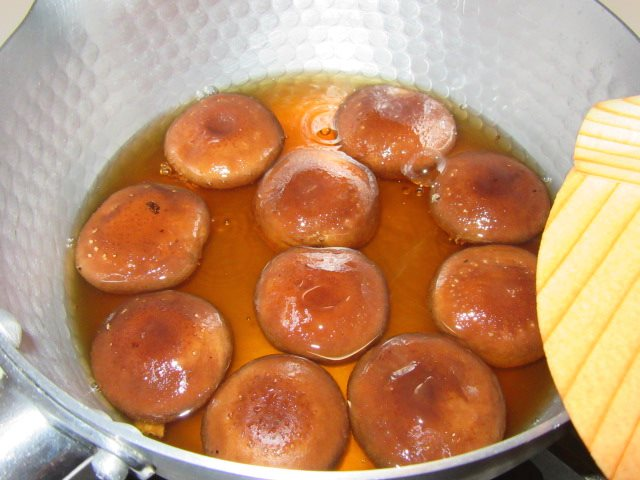 椎茸の煮物の作り方,落とし蓋をかぶせる工程