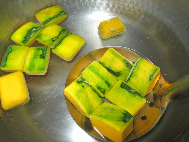 かぼちゃの下ゆで手順と煮物の作り方,色紙南瓜を湯に入れる工程
