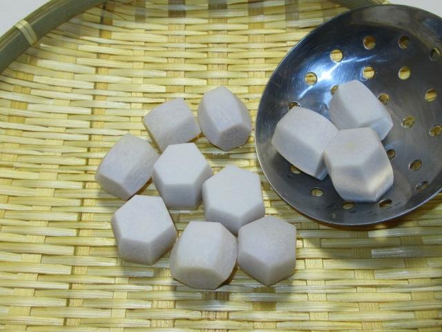 里芋の煮物の作り方と下ゆで手順,盆ざるに上げる工程