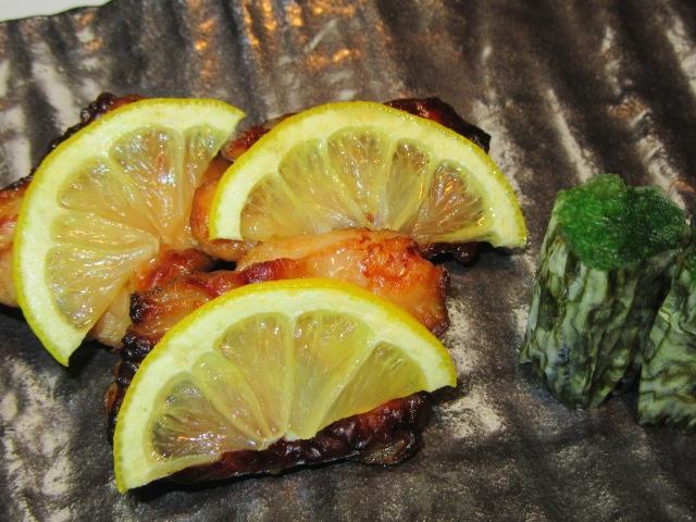鶏肉のレモン焼きと法蓮草の松前巻き