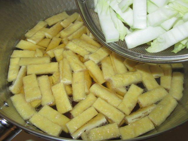 白菜と油揚げの煮物の作り方手順,軸を入れる工程