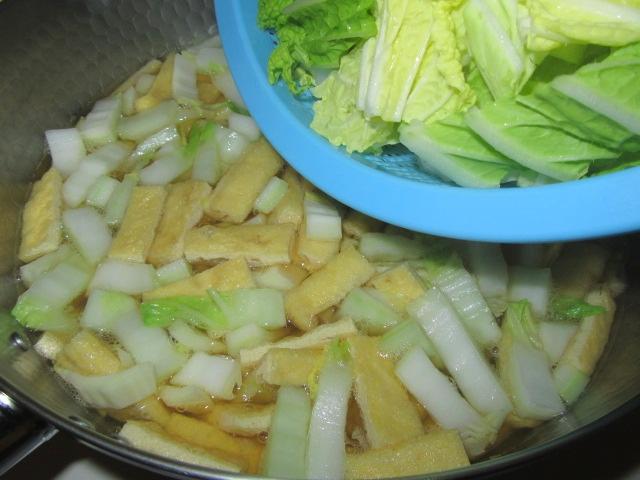 白菜と油揚げの煮物の作り方手順,葉を入れる工程