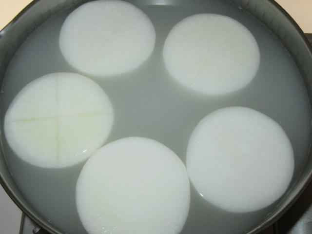 米のとぎ汁で大根をゆでる方法
