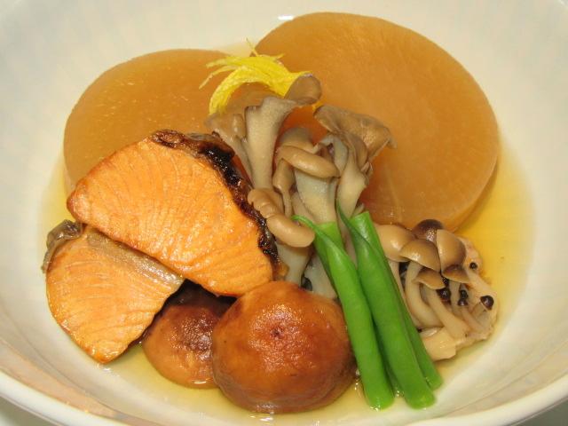 鮭と大根の煮物と三種類のきのこのたき合わせ,いんげん豆,針ゆず
